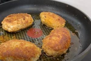 Котлеты делаю с капустной начинкой. Получается вкусное и вполне доступное блюдо