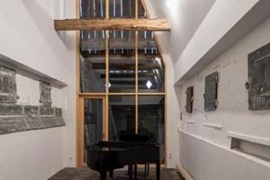 """Дом в доме: дизайнер """"вписал"""" небольшой домик внутрь 200-летнего амбара (фото)"""