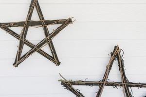 """Беру несколько деревянных линеек и краску и мастерю эффектные """"звезды"""" для новогоднего декора: смотрятся очень интересно и дорого"""