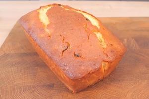 Из остатков сладкого творога можно приготовить отличный десерт - кекс с изюмом и курагой