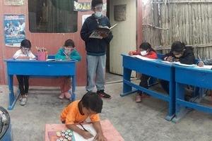 Третьеклассник проводит уроки для детей, у который нет Интернета, у себя дома