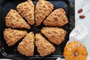 Пышные тыквенные пирожные с орешками и хрустящей песочной посыпкой: не думала, что домашние так часто будут просить готовить такие