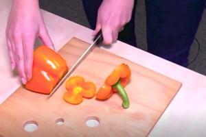 Плодоножка просто вынимается. Блогер показала безотходный способ очистки перца: кухонный лайфхак