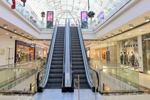 И снова засели дома: согласно последним данным, покупатели боятся ходить в торговые центры