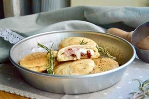 Еще в детстве полюбила булочки, фаршированные ветчиной, сыром и вялеными помидорами: готовлю и на закуску, и в качестве горячего блюда