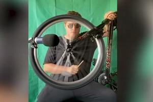 От огурца до швабры: мужчина воссоздает звуковые эффекты из фильмов с помощью подручных средств (видео)